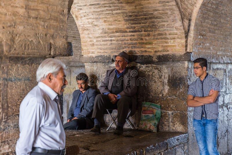 Gente que descansa cerca del político antiguo del Si-o-Seh del puente imagen de archivo