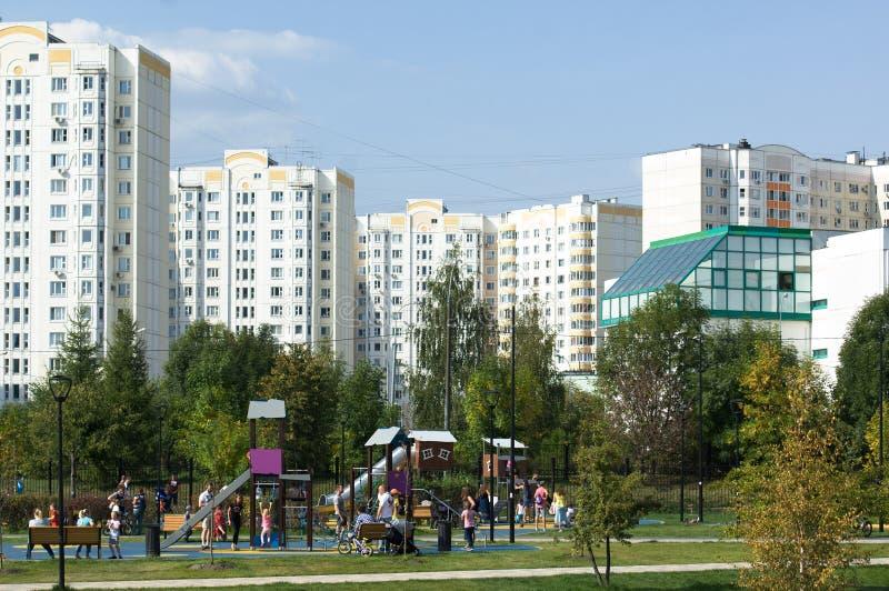 Gente que descansa en el parque de Butovo, edificios del estado en el fondo, Mosc?, Rusia imágenes de archivo libres de regalías
