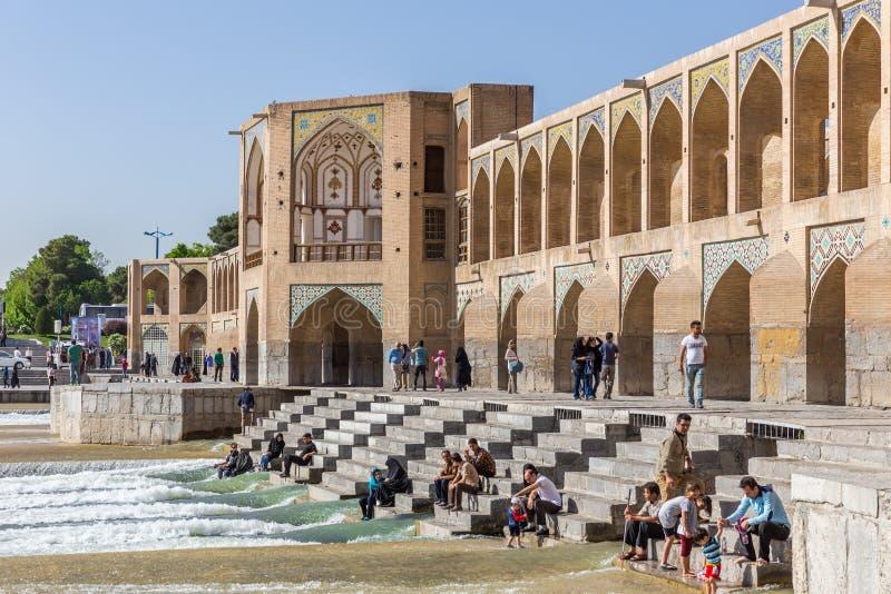 Gente que descansa en el puente antiguo de Khaju, (poste Khaju), en Isfahán, Irán fotografía de archivo