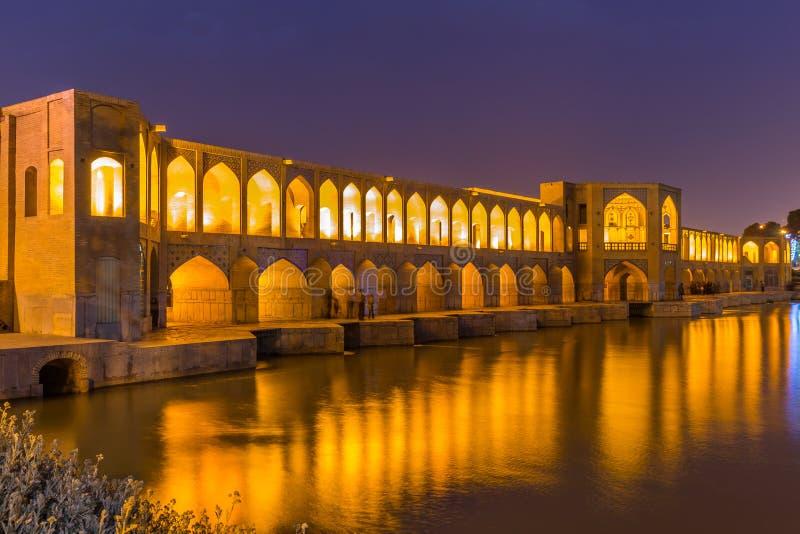 Gente que descansa en el puente antiguo de Khaju, (poste Khaju), en Isfahán, Irán imagen de archivo