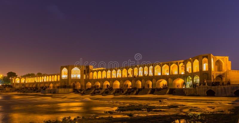 Gente que descansa en el puente antiguo de Khaju, (poste Khaju), en Isfahán, Irán imagenes de archivo