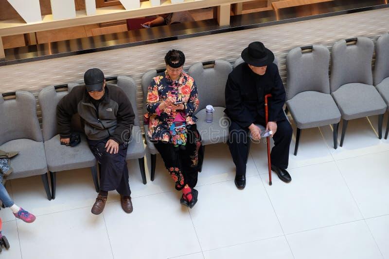 Gente que descansa en interior de lujo de la alameda de compras en Shangai fotografía de archivo libre de regalías