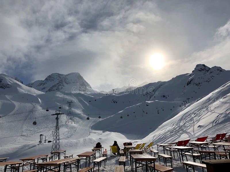 Gente que descansa en la estación de esquí del glaciar de Stubai imagen de archivo