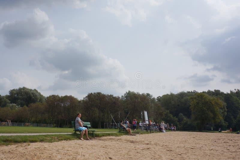 Gente que descansa en una playa imagen de archivo libre de regalías