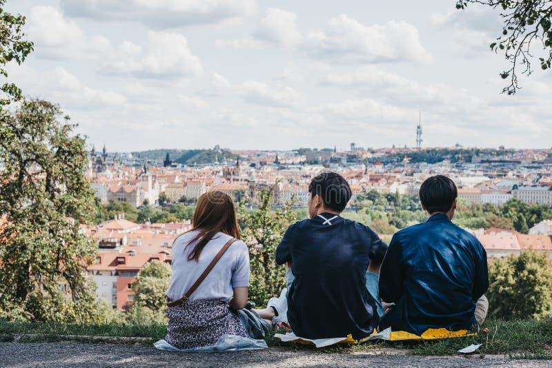 Gente que disfruta de la vista de Praga de la colina de Petrin, Praga, República Checa imagenes de archivo