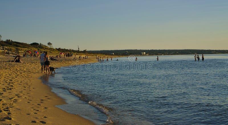 Gente que disfruta de tiempo de la playa el día soleado fotografía de archivo