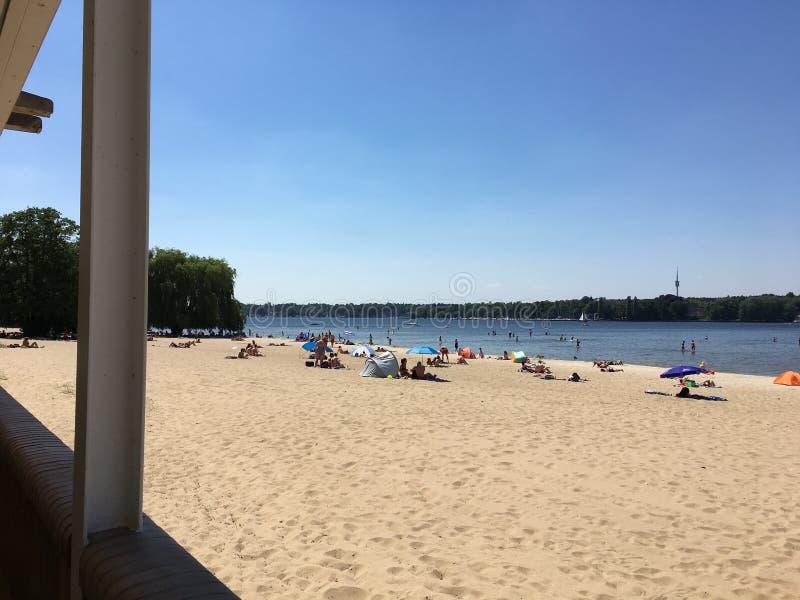Gente que disfruta del tiempo caliente en la playa de Wannsee fotos de archivo