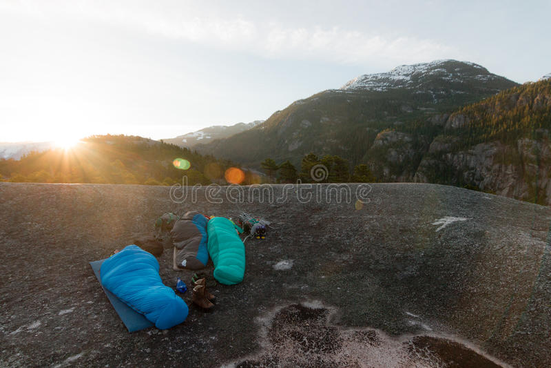Gente que duerme en el top de montañas mientras que salida del sol fotografía de archivo libre de regalías