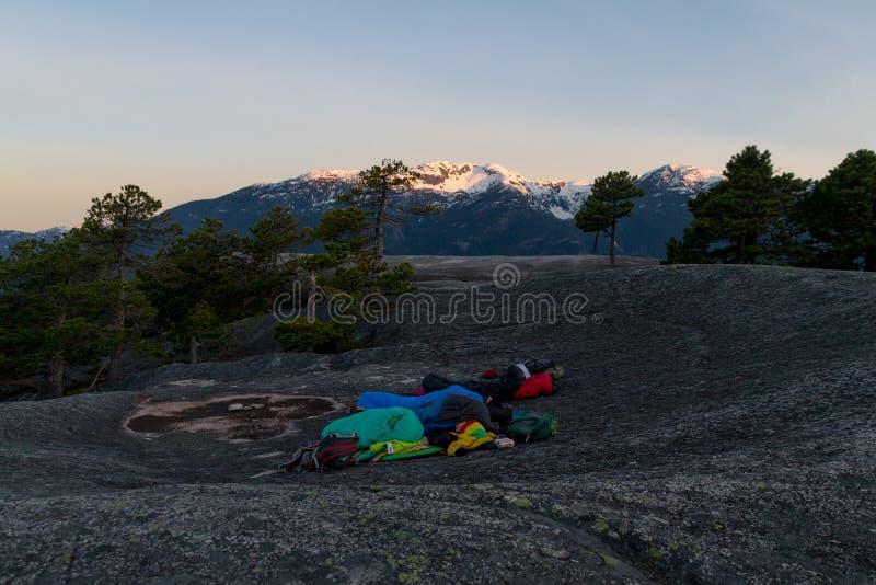 Gente que duerme en el top de montañas mientras que salida del sol foto de archivo libre de regalías