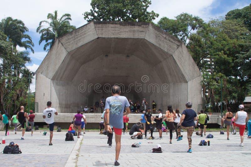 Gente que ejercita al aire libre en Caracas durante el fin de semana foto de archivo