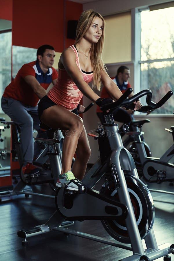 Gente que entrena en el gimnasio imagenes de archivo