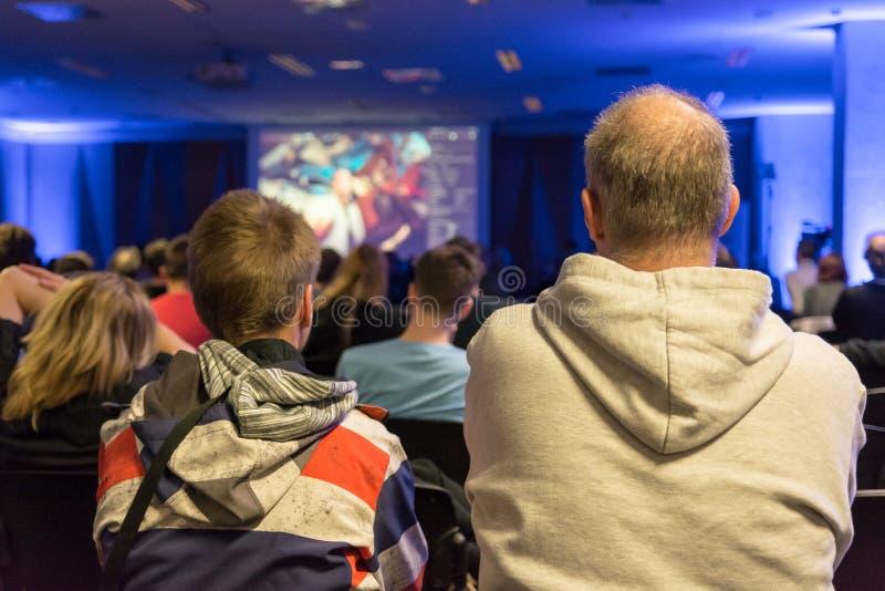 Gente que escucha la presentación en la conferencia interior imagenes de archivo