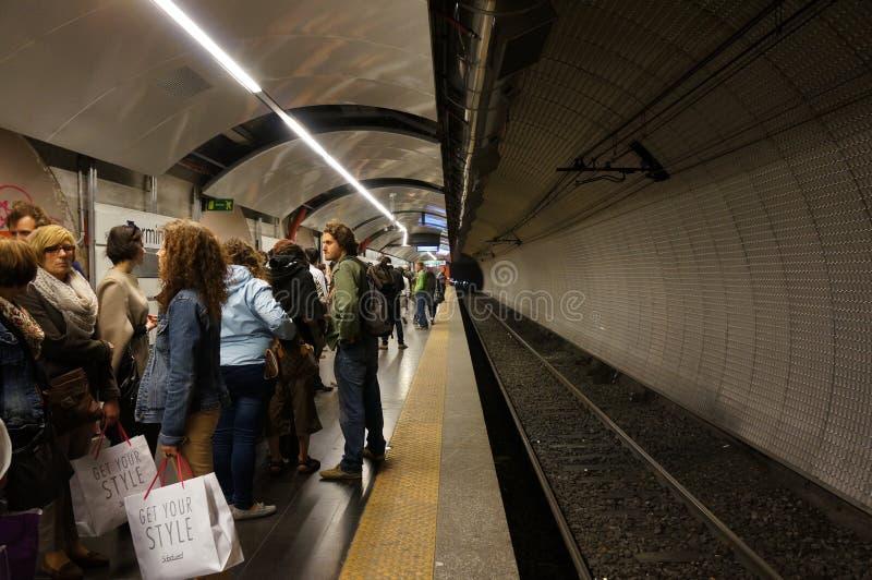 Gente que espera el metro imagen de archivo libre de regalías