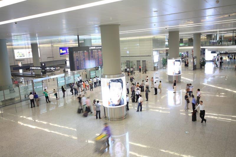 Gente que espera en el aeropuerto foto de archivo