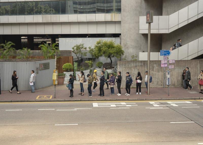 Gente que espera en la cola para el autobús imagenes de archivo
