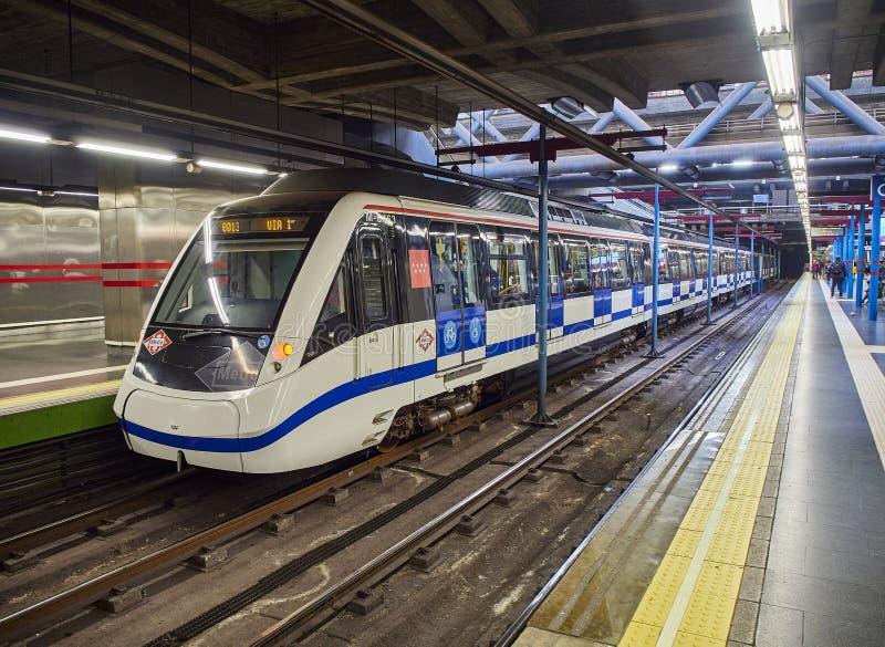 Gente que espera un tren en una estación de metro de Madrid foto de archivo