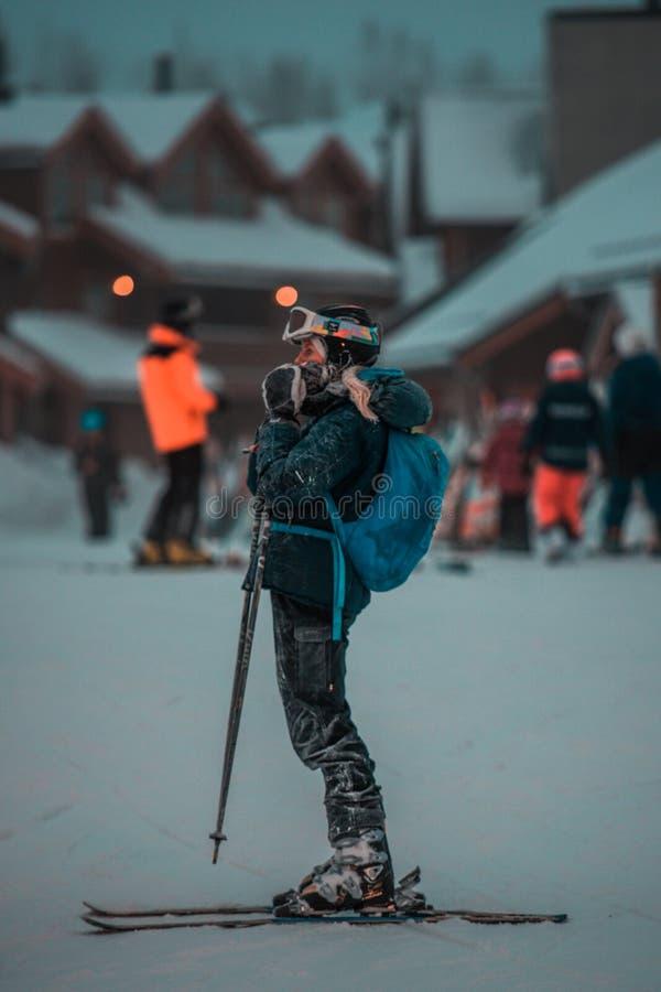 Gente que esquía en las montañas Vacaciones de invierno activas Deportes, amigos y naturaleza asombrosa foto de archivo