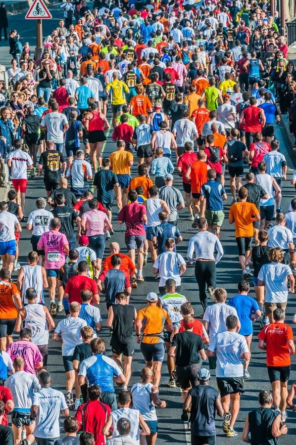 Gente que funciona con el maratón Francia de París fotos de archivo libres de regalías
