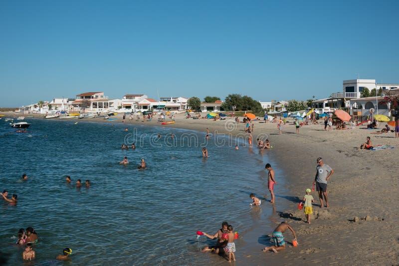Gente que goza de la playa en Armona, Algarve, Portugal fotografía de archivo libre de regalías