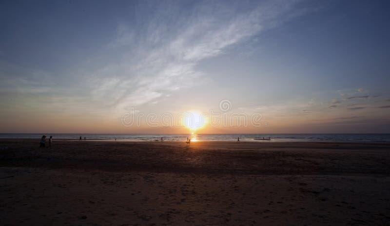 Gente que goza de la playa en la puesta del sol, Darwin del Casuarina fotos de archivo