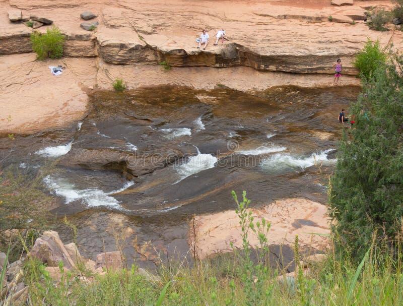 Gente que goza de un punto de baño popular en Arizona foto de archivo