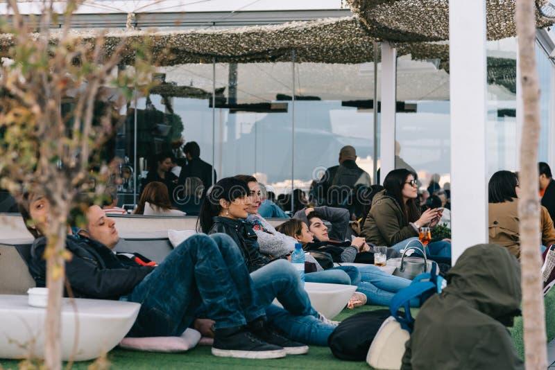Gente que goza en el café en Circulo de Bellas Artes del roo de Madrid imagenes de archivo