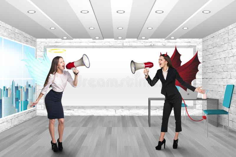 Gente que grita en megáfonos libre illustration