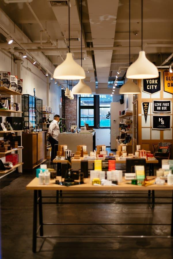 Gente que hace compras en Chelsea Market en Nueva York fotos de archivo libres de regalías