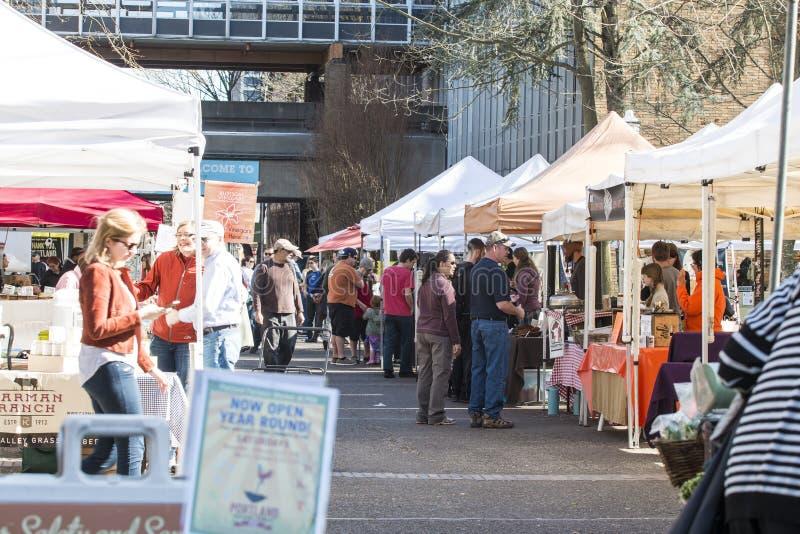 Gente que hace compras en el mercado de los granjeros de Portland imagen de archivo libre de regalías