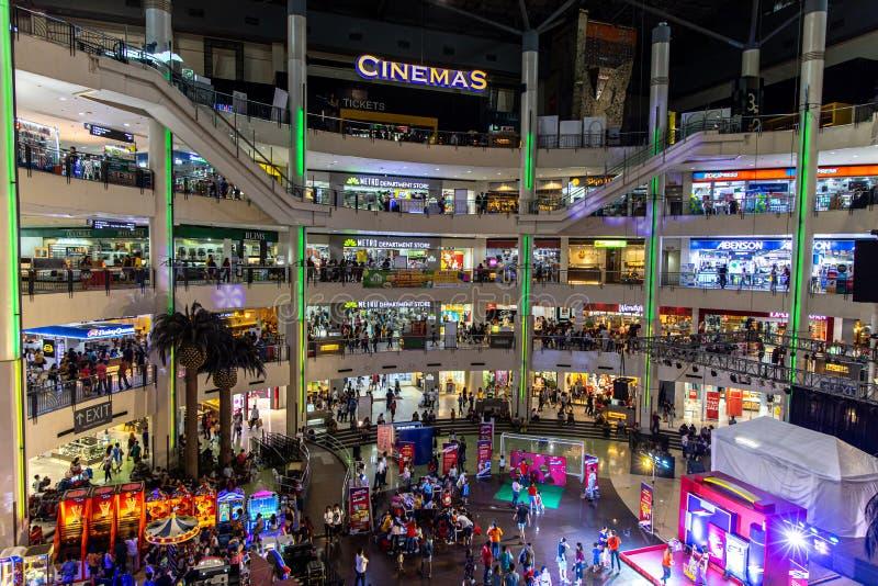 Gente que hace compras en la alameda del mercado del mercado, Makati, Filipinas, junio 23,2019 imagen de archivo libre de regalías