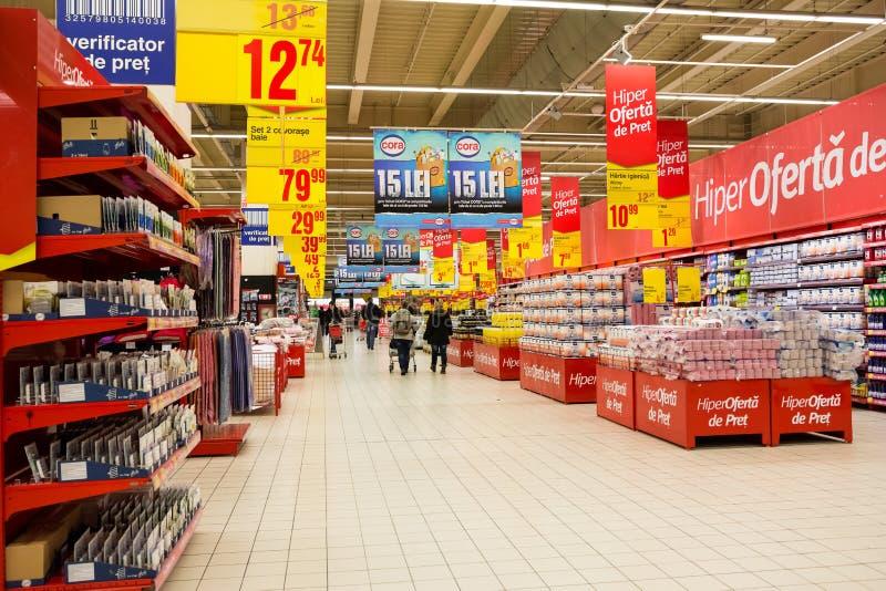 Gente que hace compras en supermercado fotografía de archivo