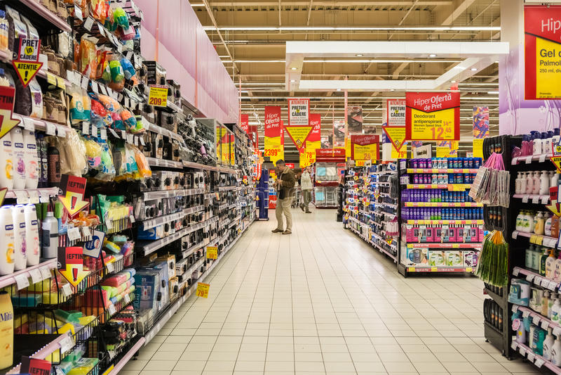 Gente que hace compras en supermercado imágenes de archivo libres de regalías