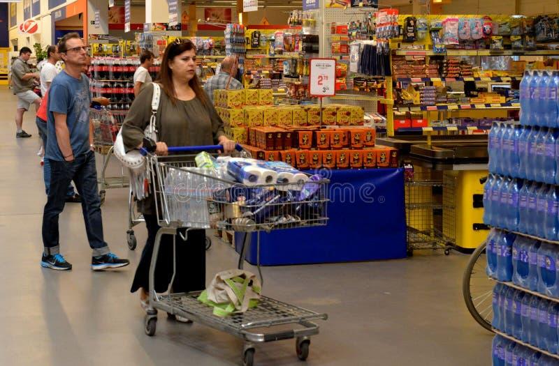 Gente que hace compras en supermercado foto de archivo libre de regalías