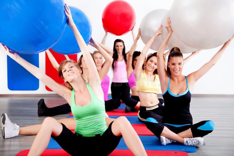 Gente que hace estirando ejercicio foto de archivo