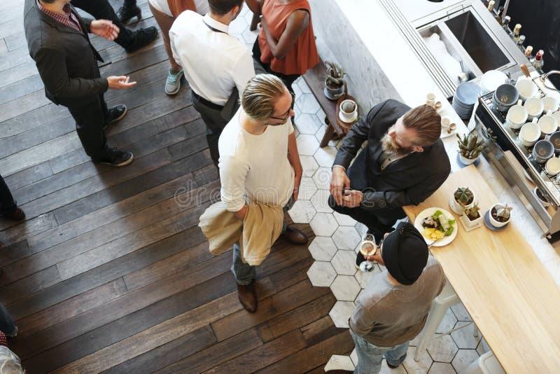 Gente que hace frente a concepto de la forma de vida del restaurante que habla imagen de archivo libre de regalías