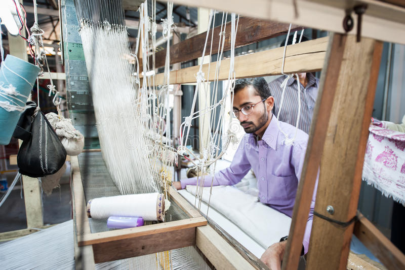 Gente que hace la tela colorida del hilado de seda por telar indio imagenes de archivo