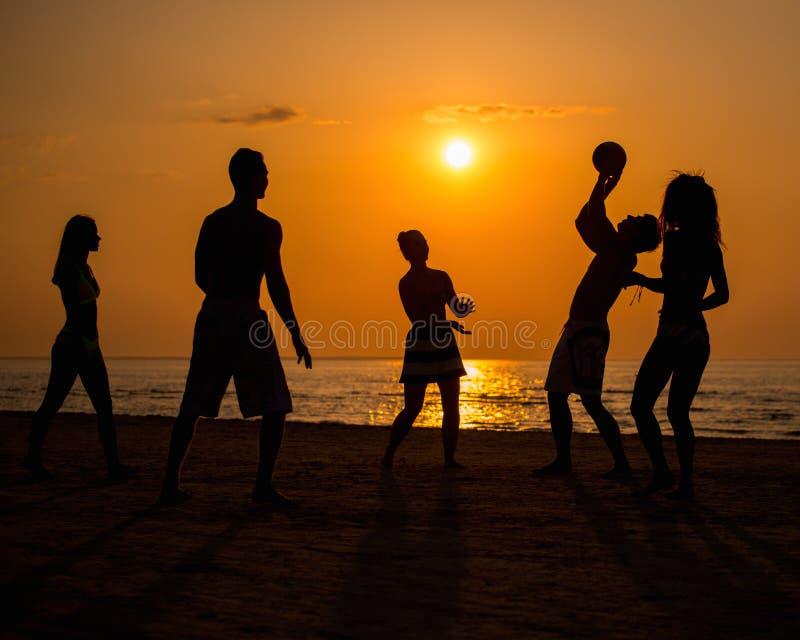 Gente que juega con la bola en una playa foto de archivo