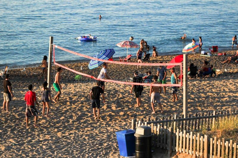 Gente que juega a voleibol en la playa fotografía de archivo libre de regalías