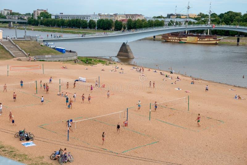 Gente que juega a voleibol en la playa foto de archivo