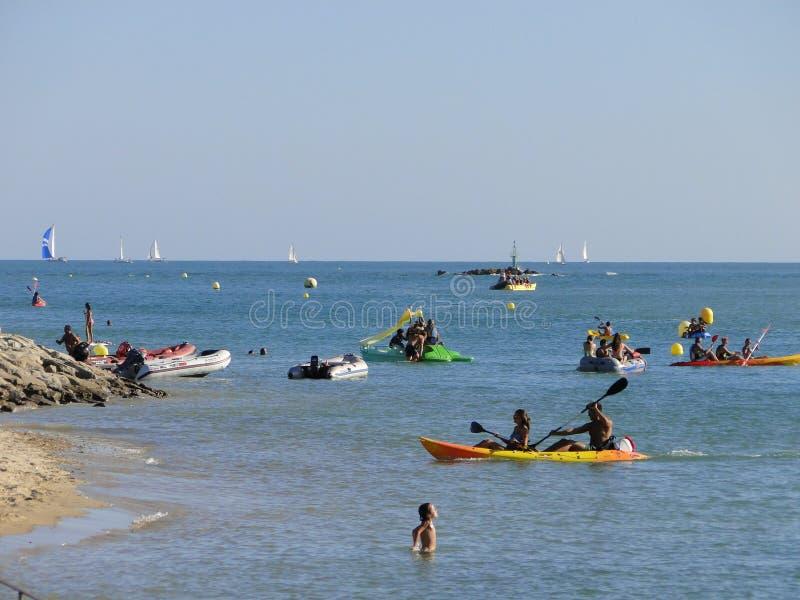 Gente que juega y que hace deportes en la agua de mar fotografía de archivo