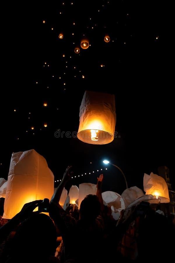 Gente que lanza las linternas de papel durante el festival de Loi Krathong y de Yi Peng foto de archivo