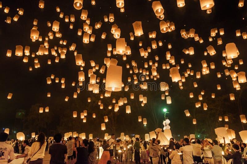 Gente que lanza las linternas en el cielo, festival Chiang Mai, Tailandia de Yi Peng fotos de archivo libres de regalías