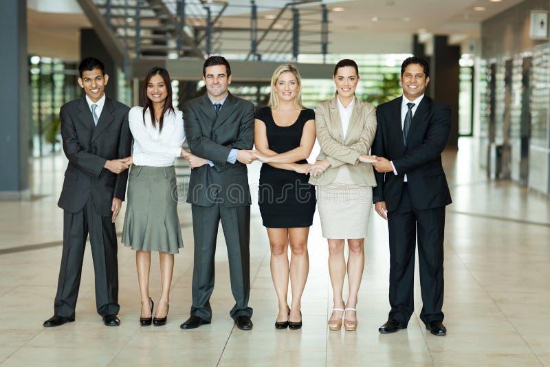Gente que lleva a cabo las manos imagen de archivo