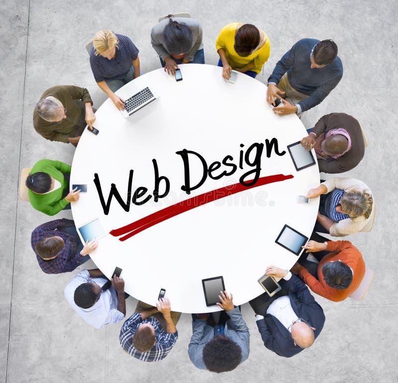 Gente que lleva a cabo las manos alrededor de diseño web de la palabra fotografía de archivo libre de regalías