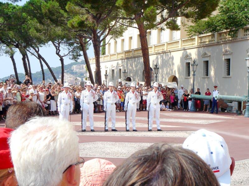 Gente que mira el cambio de la ceremonia de los guardias delante del palacio del príncipe en Mónaco fotos de archivo