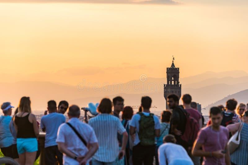 Gente que mira el panorama de Florencia Palazzo Vecchio Puesta del sol de Piazzale Miguel Ángel Toscana, Italia fotos de archivo