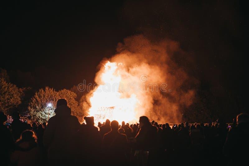Gente que mira la hoguera en el celebrati anual de Guy Fawkes Night fotografía de archivo libre de regalías