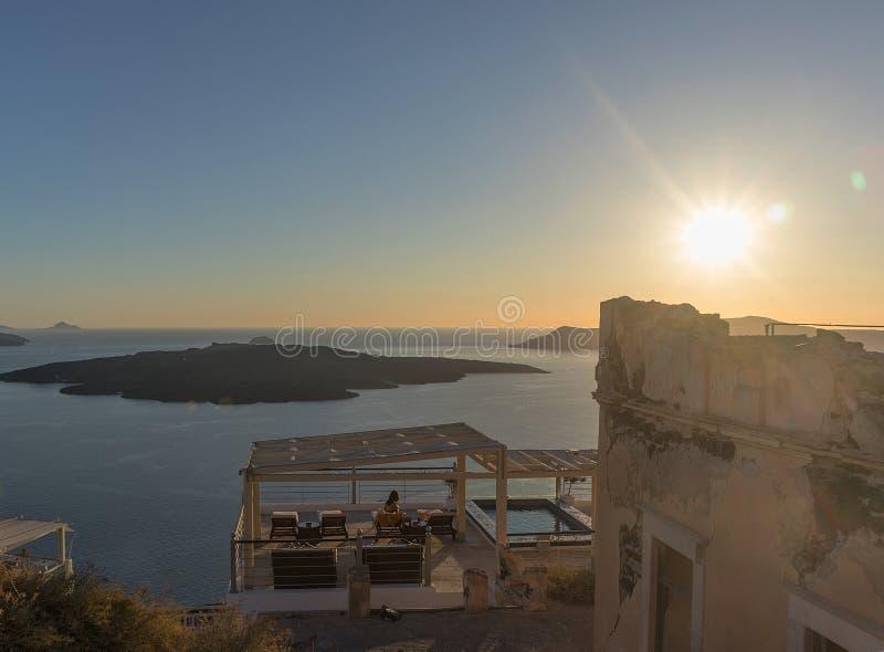 Gente que mira la puesta del sol de Fira en una explanada Santorini, fotografía de archivo libre de regalías