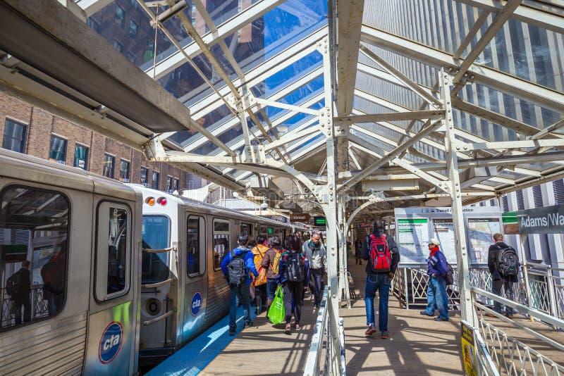 Gente que monta Metra en Chicago fotografía de archivo