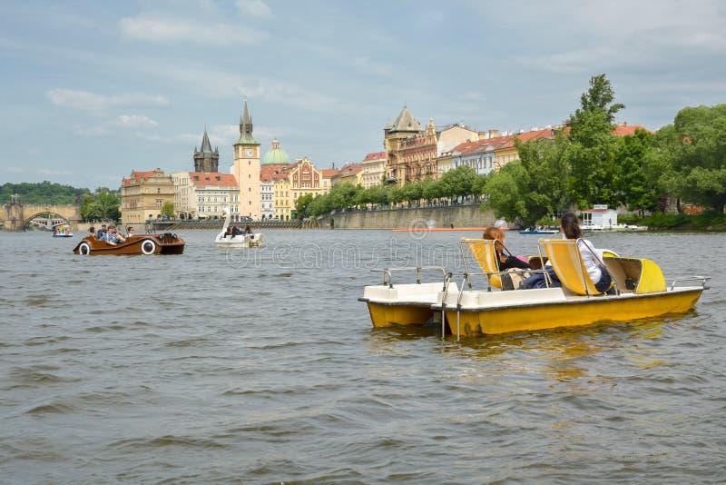 Gente que monta y que se relaja en barcos de paleta en el río de Vltva imagen de archivo